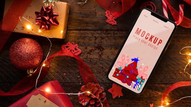 Maqueta navideña y teléfono móvil. PSD Premium