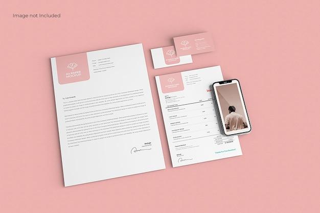 Maqueta de papelería empresarial moderna en superficie rosa, vista superior PSD gratuito