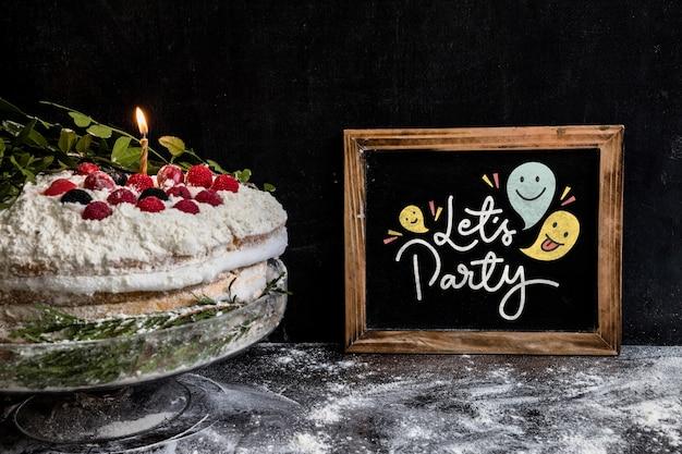 Maqueta de pizarra con tarta de cumpleaños PSD gratuito