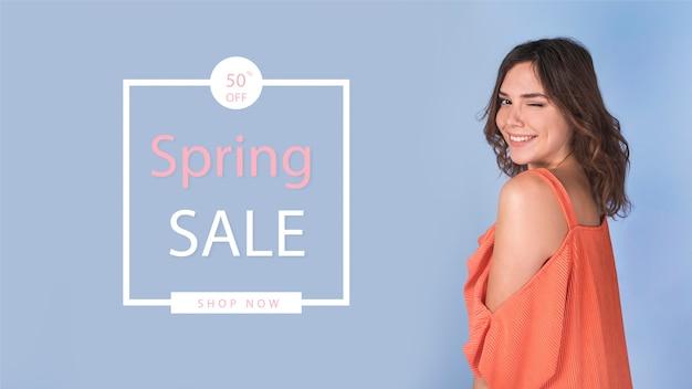 Maqueta de rebajas de primavera con mujer de estilo PSD gratuito
