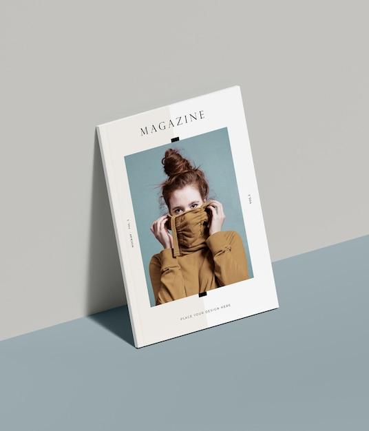 Maqueta de revista editorial con mujer apoyada en la pared PSD gratuito