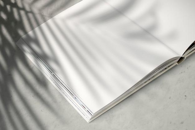 Maqueta de revista con un espacio en blanco PSD gratuito