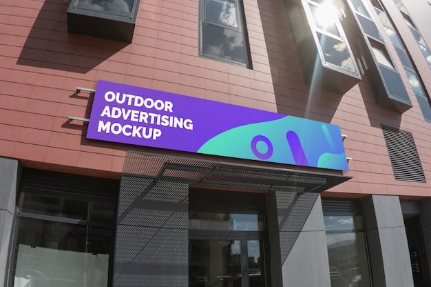 Maqueta de señalización estrecha paisaje exterior en fachada de ladrillo PSD Premium