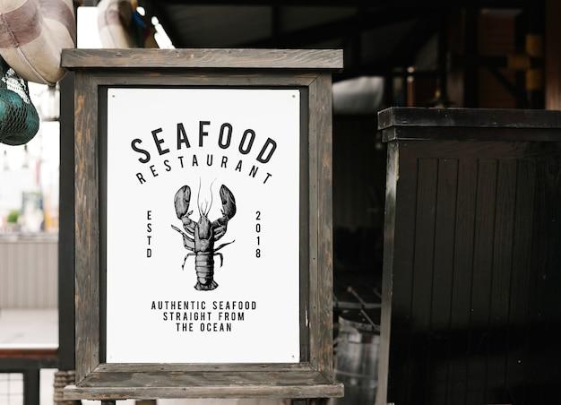 Maqueta de signo de estilo rústico en un restaurante de mariscos PSD gratuito
