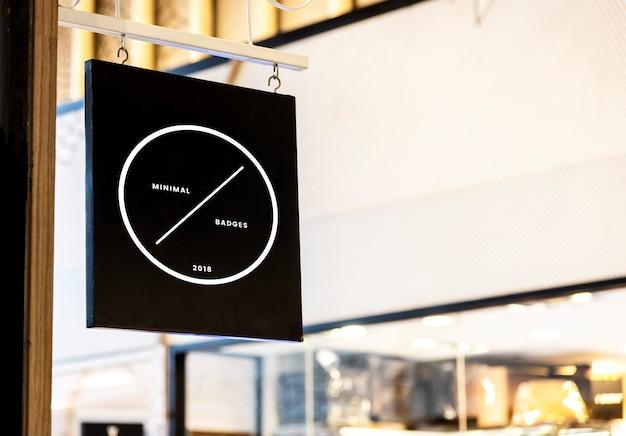 Maqueta de signo negro fuera de una tienda PSD gratuito