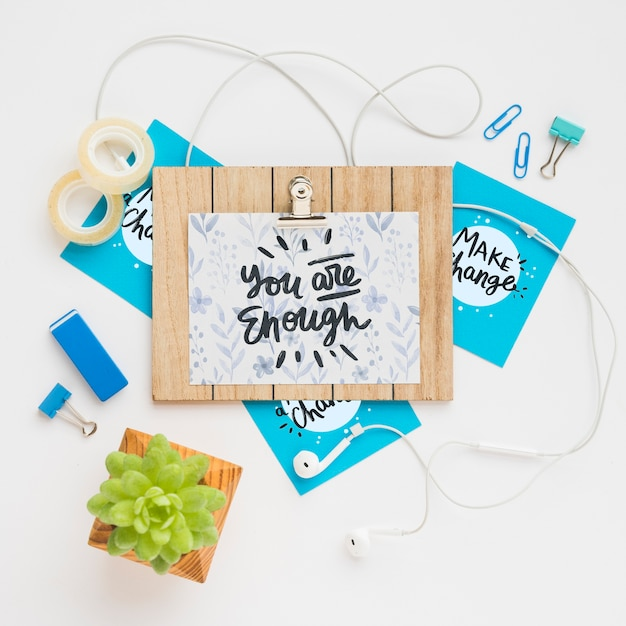 Maqueta de tablero de madera con mensaje en PSD gratuito