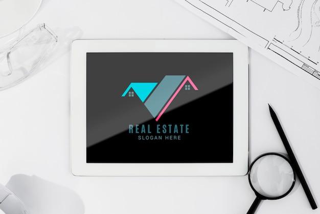 Maqueta de tableta plana con herramientas arquitectónicas PSD gratuito
