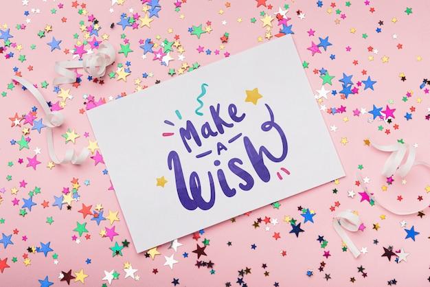 Maqueta de tarjeta en confeti de cumpleaños PSD gratuito