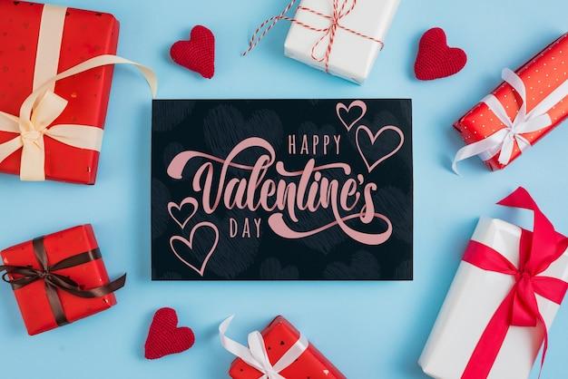 Maqueta de tarjeta de san valentin con regalos PSD gratuito