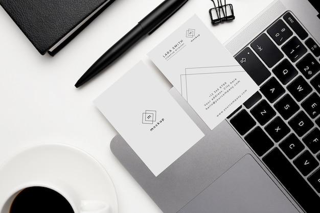 Maqueta de tarjetas de visita con elementos en blanco y negro sobre fondo blanco PSD gratuito