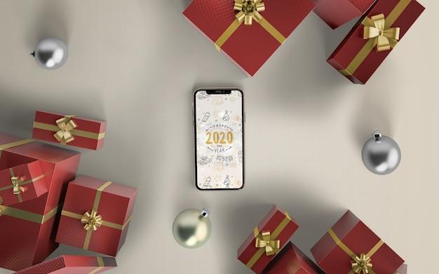 Maqueta de teléfono con regalos de navidad PSD gratuito