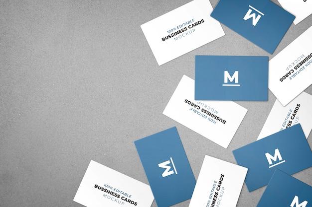 Maqueta de varias tarjetas de visita desordenadas. PSD gratuito