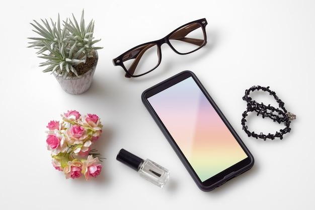 Maqueta de vista superior del teléfono móvil femenino. tiro de arriba del espacio de trabajo de escritorio de la mujer. PSD Premium