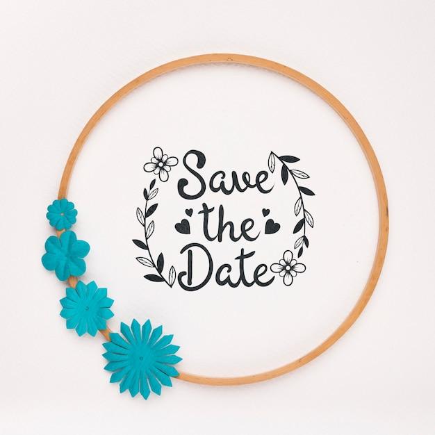 El marco circular con flores azules guarda la maqueta de la fecha PSD gratuito