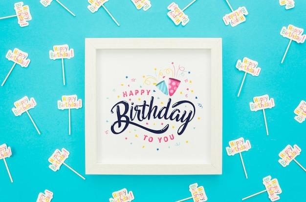 Marco con maqueta de mensaje de cumpleaños PSD gratuito
