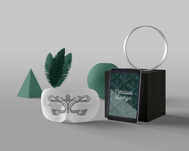 Máscara al lado de la tableta con tema de carnaval PSD gratuito