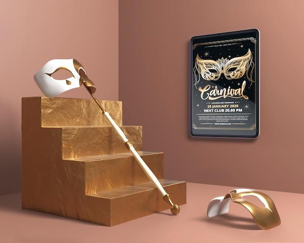 Máscara con palo en maquetas de escaleras doradas PSD gratuito