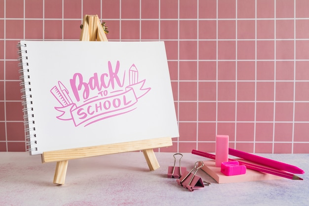 Materiale scolastico con cavalletto e matite colorate in legno Psd Gratuite