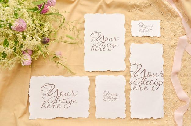 Matrimonio piatto disteso con carte di carta e fiori selvatici Psd Premium