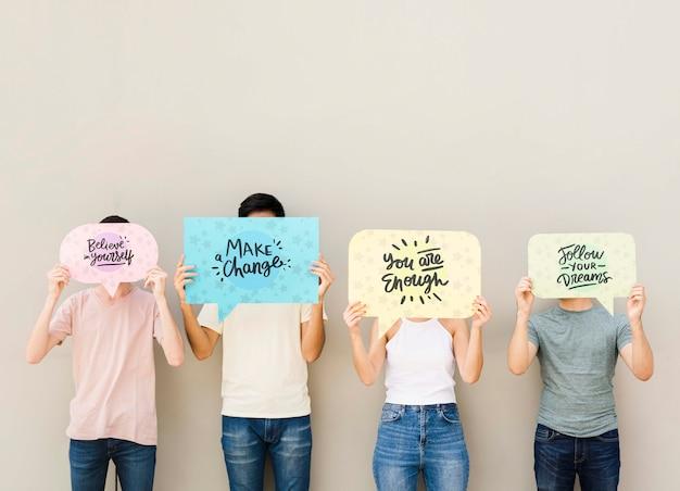 Mazzo di amici in posa con cartelli Psd Gratuite