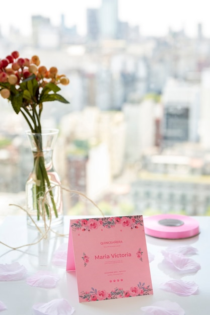 Mazzo di fiori e invito per il dolce evento quindici Psd Gratuite