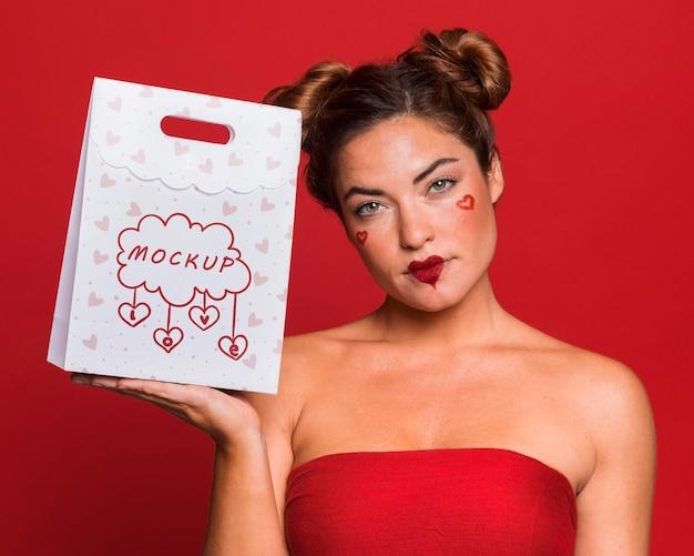 Medium shot vrouw met tas Premium Psd