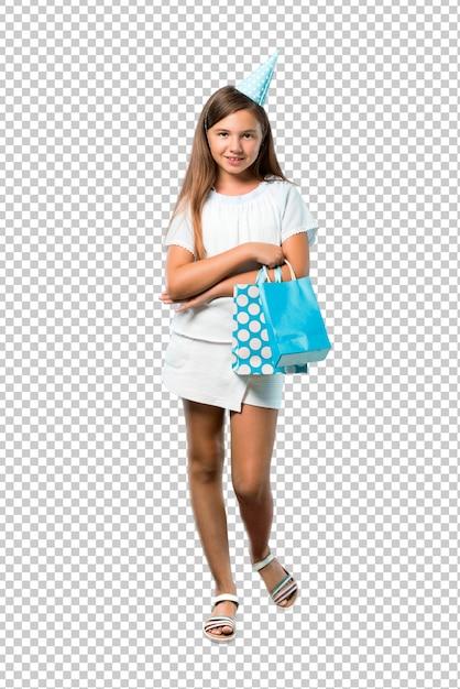 Meisje op een verjaardagspartij die een giftzak houdt houdend wapens gekruist Premium Psd
