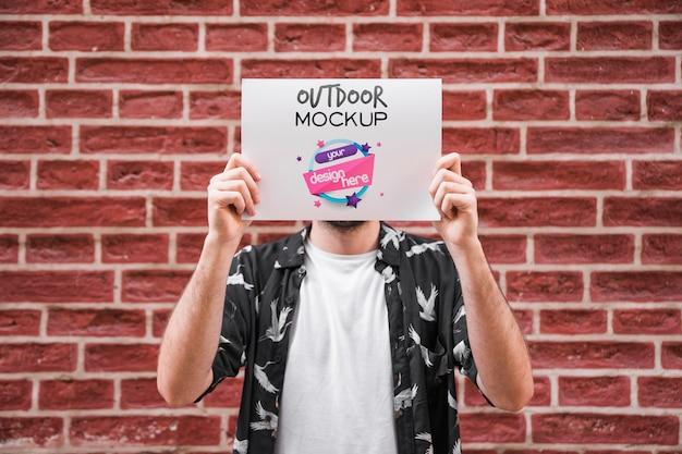 Mens die affichemodel voor bakstenen muur voorstellen Gratis Psd