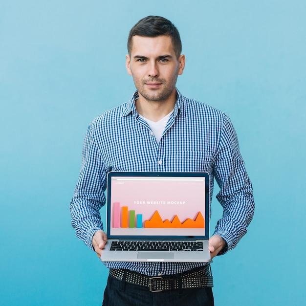 Mens die laptop model voorstelt Gratis Psd