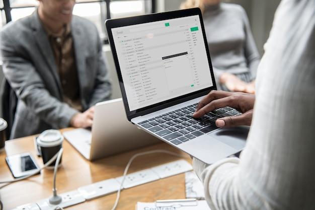 Mens die zijn e-mail op laptop controleert Gratis Psd