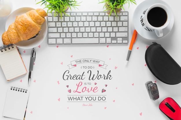 Mensaje motivacional de gran trabajo con marco de material de oficina PSD gratuito