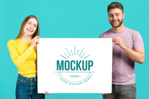 Mensen met een mock-upkaart voor briefpapier Premium Psd