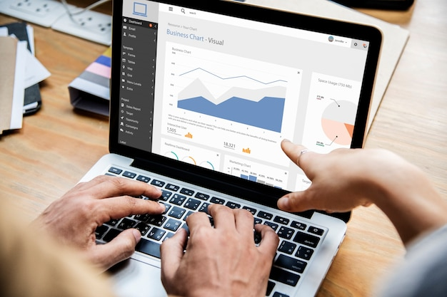 Mensen uit het bedrijfsleven werken met laptop Gratis Psd