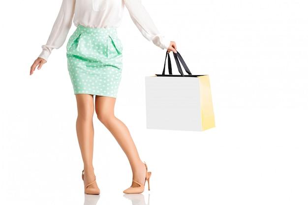 Mensen, verkoop, black friday-concept - vrouw met het winkelen zakken. Premium Psd