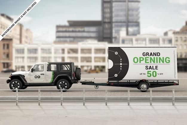 Merkauto met mobiel billboard-aanhangwagenmodel Premium Psd