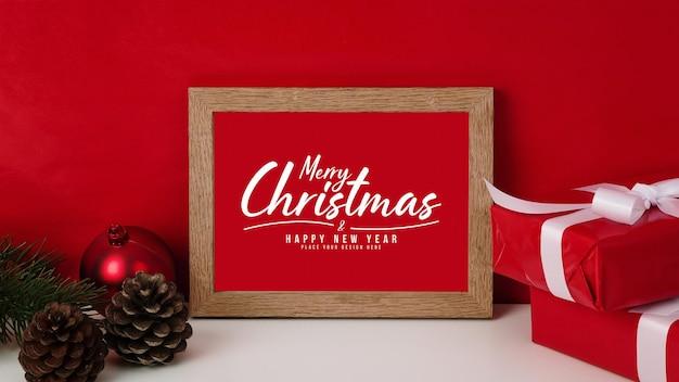 Merry christmas wenskaart in frame mockup met kerstcadeaus decoraties Premium Psd