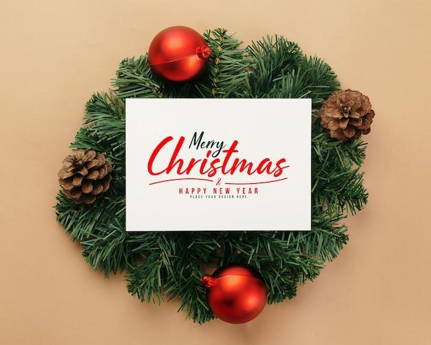 Merry christmas wenskaart mockup met decoraties van dennenbladeren Premium Psd
