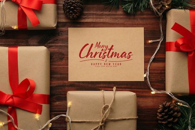 Merry christmas wenskaart mockup met kerstcadeaus decoraties Premium Psd