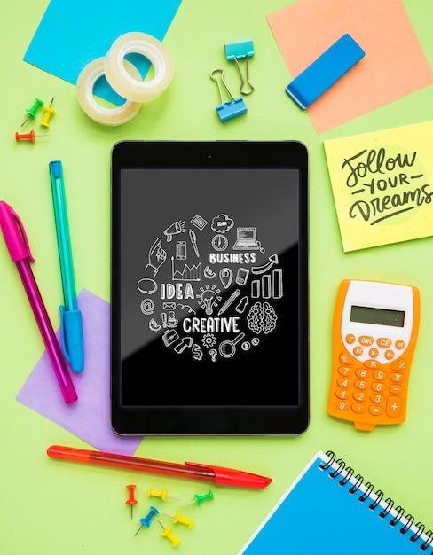 Messaggio creativo sul tablet sulla scrivania Psd Gratuite