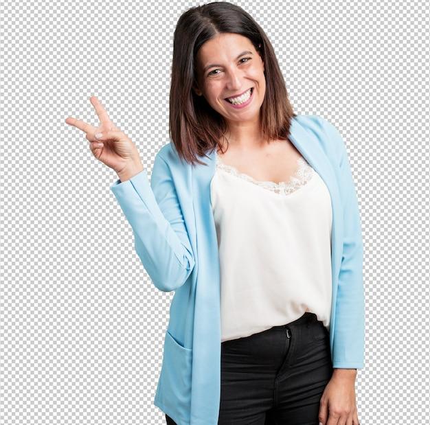 Middelbare leeftijd vrouw leuk en gelukkig, positief en natuurlijk, maakt een gebaar van overwinning, vredesconcept Premium Psd