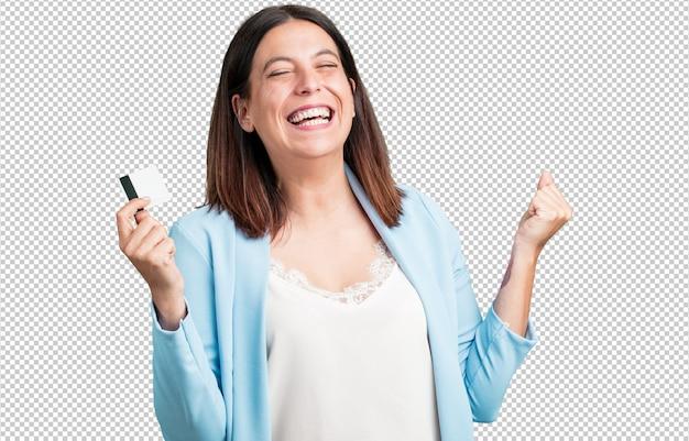 Midden oude vrolijke vrouw en glimlachend, zeer enthousiast houdend de nieuwe bankkaart, klaar om te gaan winkelen Premium Psd
