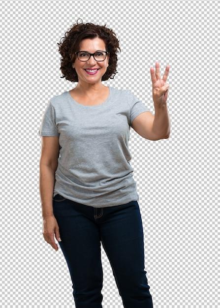 Midden oude vrouw die nummer drie met vingers, het tellen, concept wiskunde tonen, zeker en vrolijk Premium Psd