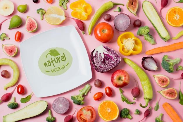 Mock-up bord voor gezonde voeding met plakjes groenten Premium Psd