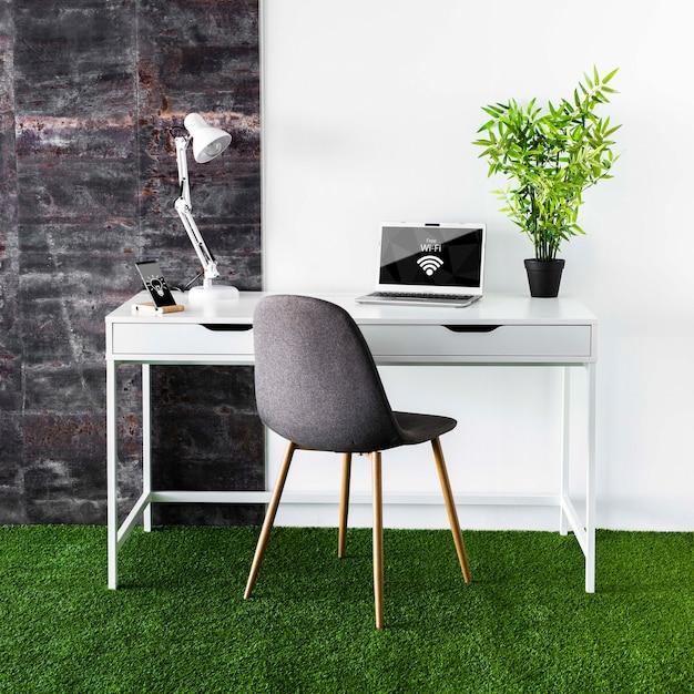 Mock-up di laptop in un'area di lavoro moderna Psd Gratuite