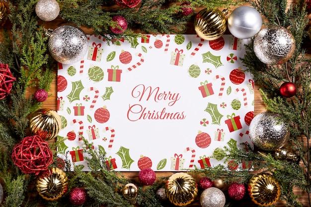 Mock-up frame gemaakt door veel kerstballen en dennenbladeren Gratis Psd