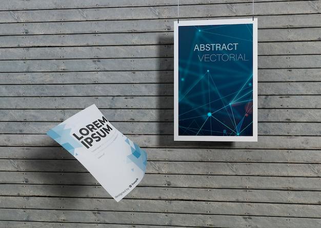 Mock-up identiteit handelspapier op houten achtergrond Gratis Psd