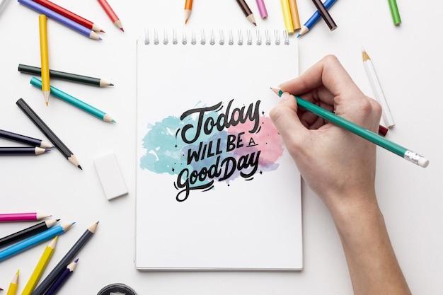 Mock-up notebook met kleurpotloden Gratis Psd