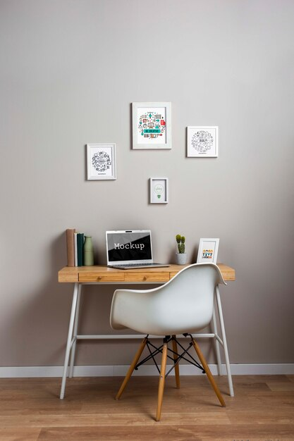 Mock-up portatile su piccola scrivania Psd Gratuite