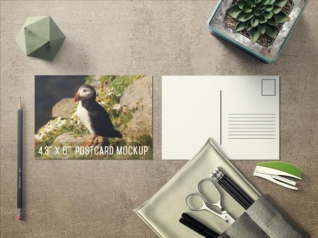 Mock up de postal realista sobre escritorio PSD gratuito