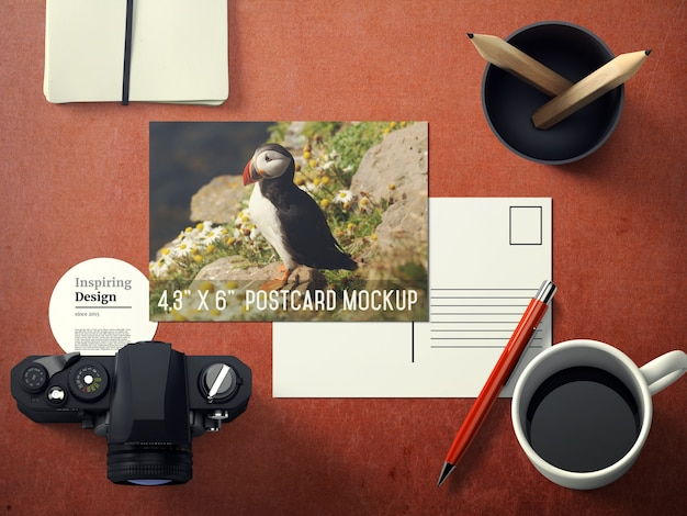 Mock up de postal sobre escritorio PSD gratuito